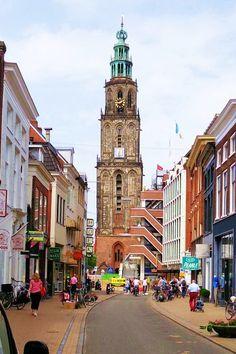 De Martinikerk staat op de plek waar rond 800 n.Chr. een eerste houten kerkje verrees. De basis voor de huidige hallenkerk werd omstreeks 1215 gelegd met de bouw van een romanogotische kruisbasiliek. De kerk kwam in 1460 gereed, maar de toren stortte acht jaar later in. De huidige Martinitoren – lokaal liefkozend d'Olle Grieze genoemd – kwam uiteindelijk in 1550 gereed. De toren met een top in de vorm van een pijnappel groeide in de eeuwen daarna uit tot symbool van de stad Groningen.