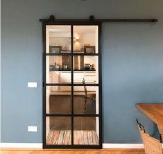 Stalen schuifdeur systeem Open Plan Kitchen Living Room, Kitchen Doors, Home Living Room, Sliding Door Design, Modern Sliding Doors, Modern Interior Design, Interior Styling, Japanese Door, Glass Door