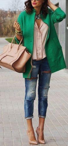 Comment associer les couleurs? Jean + blouse nue + manteau vert + escarpins nude https://one-mum-show.fr/comment-assortir-les-couleurs/