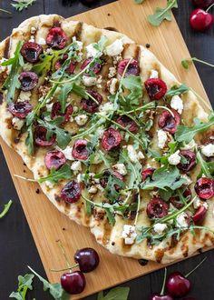 Gegrillte Pizza mit Ziegenkäse, Balsamico & Kirschen