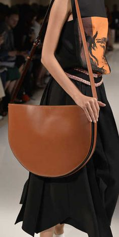 NEW YORK, NY - SEPTEMBER Accessories, a handbag detail on the runway at the Victoria Beckham Spring Summer 2016 fashion show during New York Fashion Week on September 2015 in New York, United States. (Photo by Catwalking/Getty Images) Victoria Beckham Taschen, Victoria Beckham Bags, High Street Fashion, Mode Cool, 2016 Fashion Trends, Vogue, Spring Trends, Spring Summer 2016, Timeless Fashion