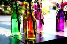 Bunte Glasflaschen erleuchten nicht nur den Raum sondern auch die Laune