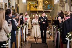 Die Trauung und der Empfang dieser Hochzeit in Zell am See fand in der Zeller Kirche und direkt am See in der Seevilla Freiberg statt. Aber alles der Reihe nach. Ich hatte bereits die große Freude Ricki und Anatol bei ihrer standesamtlichen Hochzeit kennenzulernen. Die beiden sind ein unkompliziertes und total sympathisches Paar. Ihr Trauzeuge Peter hat mich kontaktiert und ich war ein Überraschungsgeschenk für die Brautleute. Natürlich war es dann besonders schön, dass mich Ricki und Anatol… Zell Am See, Kirchen, Candles, Blog, Civil Wedding, Wedding Photography, Engagement, Couple, Wedding Bride