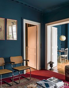 Love the colour and cesca chairs Contemporary Interior Design, Modern Interior, Modern Design, Navy Blue Walls, Blue Rooms, Mid Century Modern Furniture, Modern Chairs, Interior Inspiration, Small Spaces