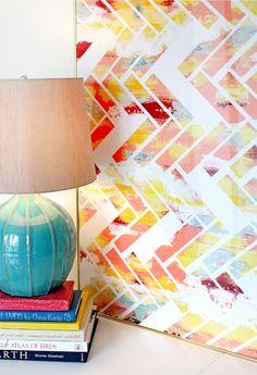 Escolha quatro ou cinco cores, pincel, pedaços de fita crepe e você terá um quadro na sua sala cheio de estilo. E nem me venha com a desculpa que não leva jeito que esse projeto é mamão com açúcar. DIY em http://theembellishednest.wordpress.com/2011/11/02/pinterest-challenge-diy-wall-art/