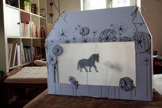 Mach Dir Dein eigenes Schattentheater: Mit dieser DIY-Anleitung wird ein einfacher Karton zur Theaterbühne und die Kinder sind begeistert!