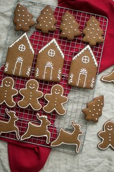 This is the recipe I use to make gingerbread houses. These gingerbread cookies have a nice dark color to contrast with the white royal icing decorations. Cute Christmas Cookies, Christmas Desserts, Christmas Treats, Christmas Baking, Reindeer Cookies, Tree Cookies, Italian Christmas, Ginger Bread Cookies Recipe, Cookie Recipes