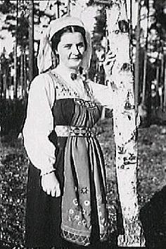 Ung kvinna i Vingåkersdräkt 1940