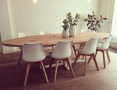 Ovale tafel met massief eiken blad - vol rustiek - witte stalen poot #ovaal #tafel #eikentafel #eiken #staal #wit #wonen #interior #interieur #woodville