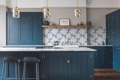 Classic Style Kitchen Furniture Timeless Furniture For Your Home Blue Kitchen Cabinets, Shaker Kitchen, Kitchen Backsplash, Navy Kitchen, Blue Backsplash, Kitchen Counters, Kitchen Colour Schemes, Kitchen Paint Colors, Kitchen Furniture