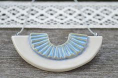 Collier de déclaration en céramique bleu & blanc par islaclay