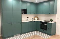 Cocina Americana Verde Kitchen Cabinets, Home Decor, Black Appliances, Green Kitchen, American Kitchen, Kitchens, Decoration Home, Room Decor, Cabinets