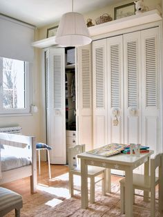 Un dormitorio infantil con armario