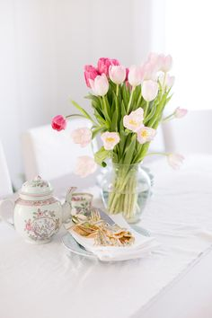 Creativity in Bloom White Tulips, Pink Tulips, Happy Spring, Spring Home, Dutch Tulip, Spring Blooms, Easter Table, Daffodils, Fresh Flowers