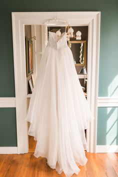Classic strapless wedding dress | Jessica Green Photography | see more on: http://burnettsboards.com/2015/06/sweet-simple-summer-wedding/