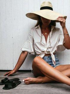 Tendências de Verão - tendências verão #modaverao #modaverao #tendenciasdeverao #looksestilosos #looksverao #tendenciasverao #tendenciasmoda #lookscasuais #trajecasual #trajesdeveraofemininos #roupasestilosas Classy Summer Outfits, Summer Outfit For Teen Girls, Womens Fashion Casual Summer, Summer Fashion Outfits, Girly Girls, Legging Outfits, Outfit Jeans, Boho Outfits, Beach Outfits