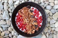 Easy vegane Frühstücksbowl mit Kokosjoghurt & Ribisel Acai Bowl, Breakfast, Easy, Food, Coconut Yogurt, Chocolate, Cocoa Butter, Blackberries, Gluten Free Recipes