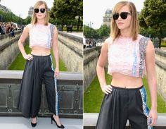 Jennifer Lawrence foi ao desfile da Christian Dior com top cropped rosinha, calça pantalona preta e escarpim pretinho!
