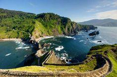 En lo alto del islote vizcaíno de Gaztelugatxe, entre los pueblos vascos de Bermeo y Bakio, dicen qu... - Airmar Ri