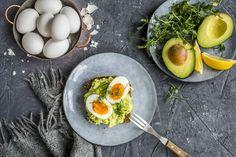 Så enkelt, og så godt! Most avokado med kokt egg er perfekt å lage til frokost, lunsj eller kvelds. Koker du eggene kvelden før, så blir dette verdens raskeste frokost.