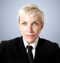 Annie Lennox has been married for the third time. The singer, who was previously wed to Radh Ramen for one year and Uri Frutmann for twe. Androgynous Women, Androgyny, New Radicals, Iconic Album Covers, Annie Lennox, Marc Bolan, 40 And Fabulous, Beautiful Voice, Beautiful Images