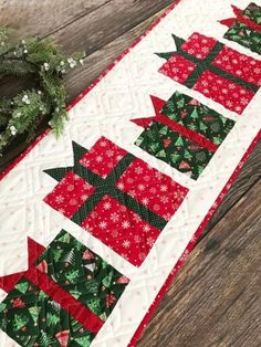Sewing Ideas Christmas Present Table Runner Pattern Quilted Table Runners Christmas, Christmas Patchwork, Christmas Quilt Patterns, Christmas Placemats, Christmas Runner, Table Runner And Placemats, Noel Christmas, Christmas Decorations, Christmas Rugs