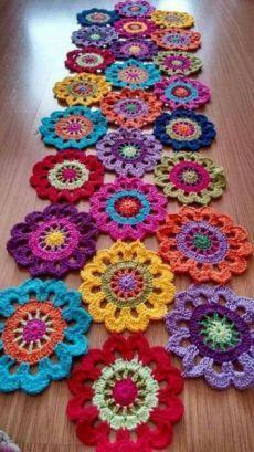 New Snap Shots Crochet Flowers rug Thoughts Häkeldeckchen Teppich Tischläufer Super Ideen, Crochet Doily Rug, Crochet Mandala Pattern, Crochet Flower Patterns, Crochet Home, Crochet Gifts, Crochet Designs, Crochet Flowers, Crochet Stitches, Diy Crochet