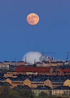Imagen de la Luna llena sobre Estocolmo, Suecia. 5 de mayo de 2012 Crédito: Peter Rosén