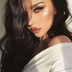 Black hair is classy, natural, and perfect for matching with any skin tone. Check out the latest trends in hair styling that you can do with warm black hair. Glam Makeup, Cute Makeup, Pretty Makeup, Skin Makeup, Beauty Makeup, Makeup Looks, Hair Beauty, Strobing Makeup, Beach Makeup Look