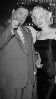 Marilyn Monroe at Jackie Gleason's Birthday Party. Golden Age Of Hollywood, Vintage Hollywood, Hollywood Stars, Classic Hollywood, Jackie Gleason, Cinema Tv, Blond, Marilyn Monroe Photos, Norma Jeane