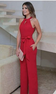 You're looking at the definitive proof that a red jumpsuit looks awesome and has tons of styling possibilities. Classy Outfits, Casual Outfits, Cute Outfits, Short Outfits, Casual Dresses, Trousers Women, Pants For Women, Casual Chic, Fashion Dresses