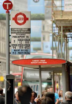 倫敦 – 為慶祝當地巴士服務開始200週年,在市中心旺區攝政街,交通局突然樹立一個用了10萬粒Lego膠砌成,完整真實的巴士站。