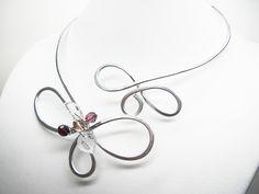 Collier artisanal FLEUR aluminium martelé arabesques et grappe de perles : Collier par murielcrea