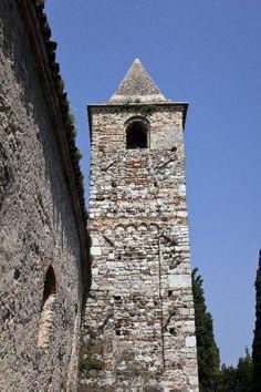 Chiesa di S. Pietro in Mavinas, Via San Pietro in Mavino - Sirmione (BS) – Architetture – Lombardia Beni Culturali. Torre campanaria risalente al 1070, ma con ritocchi del XIV secolo.