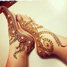 henné pied, tatouages marrons aux motifs floraux, couleurs marron et jaune