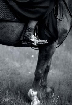 A la rentrée, la culture Amish se réinvente grunge dans le magazine Jalouse. Le photographe Matthieu Cesar l'immortalise en noir et blanc, comme de vieux clichés issus du passé.
