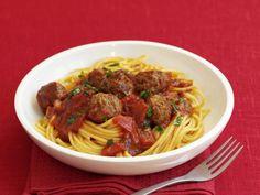 Spaghetti mit Hackbällchen und Tomatensauce ist ein Rezept mit frischen Zutaten aus der Kategorie Fleisch. Probieren Sie dieses und weitere Rezepte von EAT SMARTER!