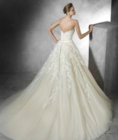 TREY - Princess wedding dress with sweetheart neckline | Pronovias