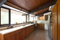 House Tour: Sunny, Mid-Century Modern Style Family Home Beam Structure, House Deck, Hillside House, House 2, Mid Century Modern Kitchen, Outdoor Dining Chair Cushions, Retro Home, Bungalows, Cool Kitchens
