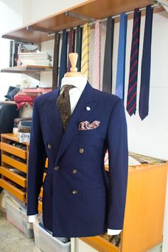 What a great way to spot a double breasted navy blazer, paired with brown pin dot tie, and paisley brown pocket square (both complimenting the brass buttons)