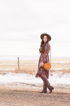 My first TREND GUIDE of Spring 2019 is a free-spirited, transitional take on faux fur, florals, western boots, flat-brimmed hats and Pantone colour trends. Spring Weather, Spring Summer, Bohemian Look, Boho, Girl Standing, Wide-brim Hat, Brunette Girl, Brown Floral, Midi Dresses