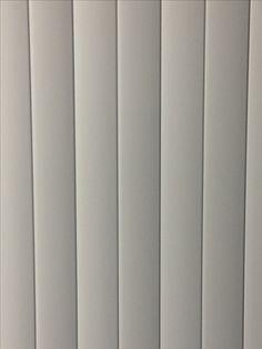 rechte lijnen op kastdeur in klaslokaal.