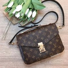 Fashion Trendy, Louis Vuitton Pochette Metris Shoulder Bags For Women. Louis Vuitton Handbags, Louis Vuitton Monogram, Fashion Bags, Trendy Fashion, Instagram Life, Best Bags, Designer Handbags, Designer Bags, Luxury Bags