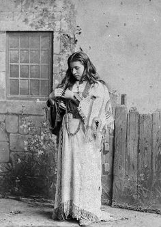45 Enchanting Portraits of Native American Teen Girls From Between the Late to Early Centuries ~ vintage everyday Native American Girls, American Teen, Native American Beauty, Native American Photos, Native American Tribes, Native American History, American Dress, American Clothing, American Quotes