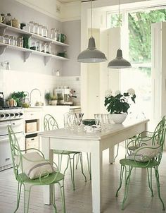 chaises vertes à la cuisine   image trouvée sur le blog de Benita-Loca