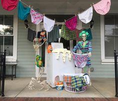 posing skeletons for halloween Diy Halloween, Halloween Outside, Halloween Scene, Halloween Home Decor, Halloween Skeletons, Outdoor Halloween, Holidays Halloween, Happy Halloween, Halloween Decorations