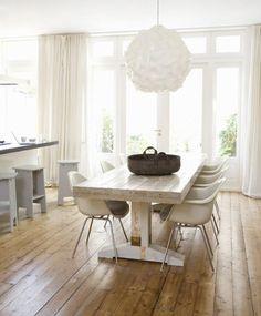 Wooden dinnertable white chairs / Witte houten tafels met stoelen