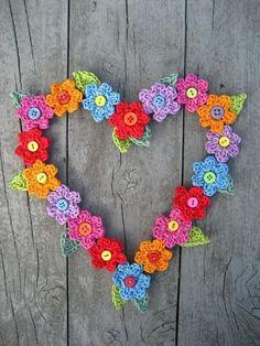 Hartjeskrans met gehaakte bloemetjes. Wat een leuk idee van Attic24 om te haken voor een bruiloft, Valentijnsdag of moederdag!
