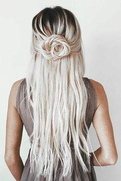 schone-haarfrisuren-blonde-lange-haare-rose-frisur-fur-frauen-beige-kleid