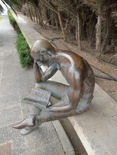 Escultura que se encuentra en la entrada de la Biblioteca en la Universidad de Las Palmas, obra del escultor Manolo González Muñoz año 1995